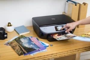 persona usando una impresora
