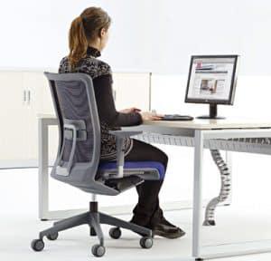 mujer en silla de oficina