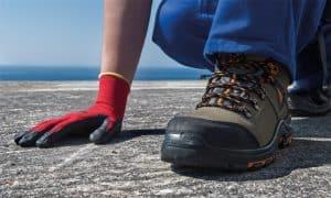 persona con calzado de seguridad