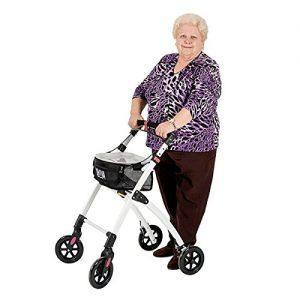 señora con un andador de cuatro ruedas
