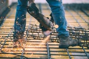 persona usando calzado de seguridad en la obra