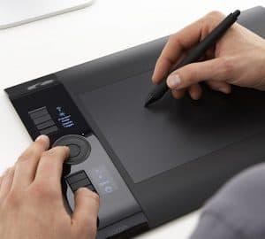 persona usando una tableta gráfica
