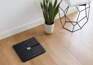 báscula moderna en el suelo
