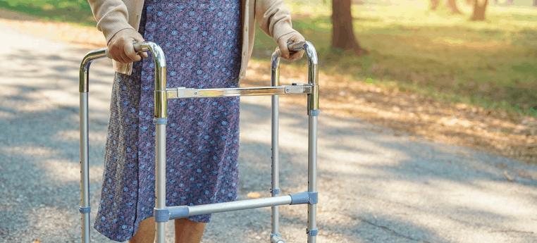 persona mayor usando un andador