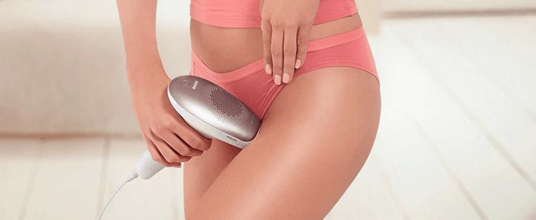 mujer usando una depiladora de luz pulsada