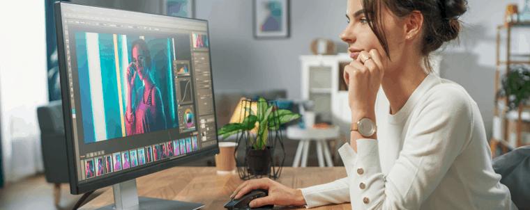 mujer usando un ordenador de sobremesa