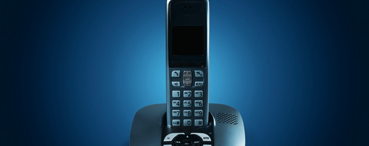teléfono inalámbrico en fondo azul