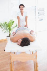 hombre en una mesa de masaje