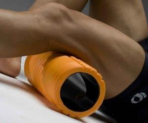 persona con un rodillo de masaje