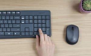 persona tecleando teclado inalámbrico