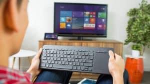 persona usando teclado inalámbrico