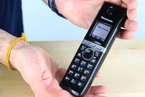 teléfono inalámbrico en las manos