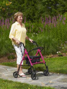 señora usando un andador
