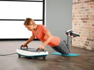 mujer usando una plataforma vibratoria