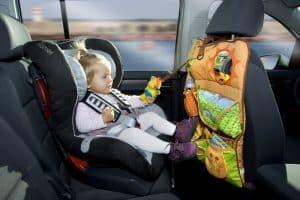 silla de coche para bebé con accesorios y juguetes