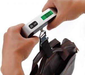 pesar un maletín con una pesa de mano