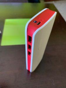 batería externa roja y blanca
