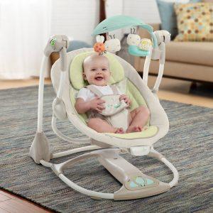 bebé feliz en un balancín para bebé