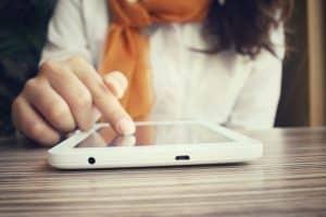 mujer usando un lector electrónico de libros
