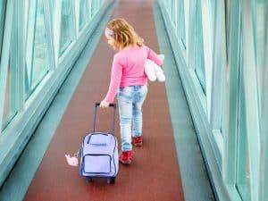 niña con maleta infantil de cabina