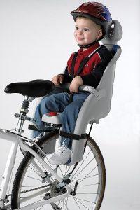 niño en una silla para bebé para bicicleta