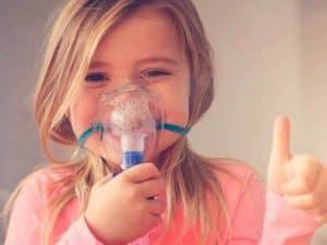 niña usando un inhalador