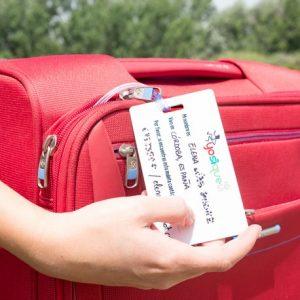 etiqueta de maleta y maleta roja