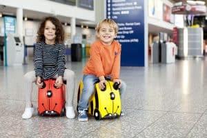 niños con maleta infantil correpasillos