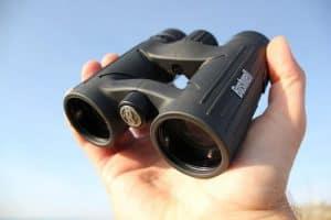 prismáticos de visión nocturna en una mano
