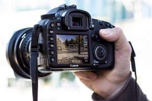 pantalla y botones de una cámara de fotos réflex