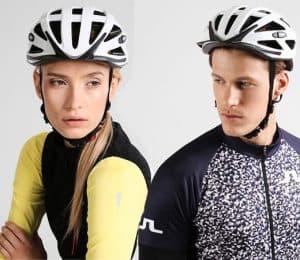 dos personas con cascos de bicicleta