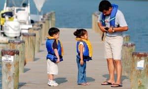niños con chalecos salvavidas