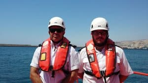 dos hombres con chaleco salvavidas