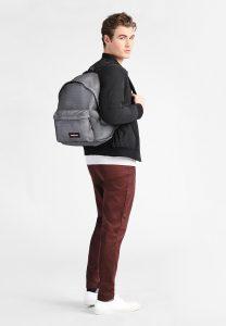 hombre con mochila gris