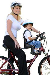 niño en silla para bebé para bicicleta con su madre