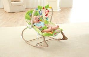 bebé sonriendo en un balancín para bebé