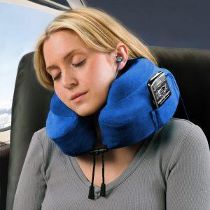 mujer con cojín de viaje azul