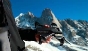 dron con cámara en la mano