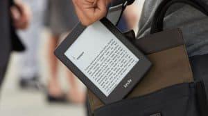 persona guardando un lector electrónico de libros