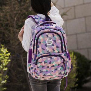 niña con mochila morada