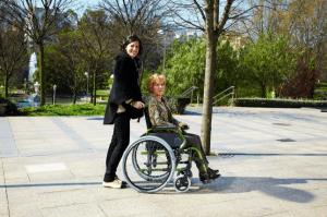 mujer en una silla de ruedas