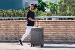 hombre con equipaje blando