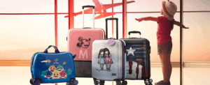 niña con maletas infantiles