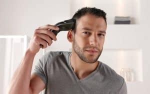hombre usando una máquina de cortar el pelo