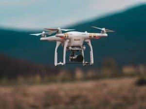 dron con cámara volando
