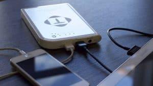 móvil cargando con batería externa