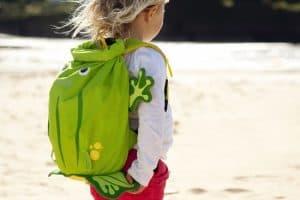niña con mochila de rana