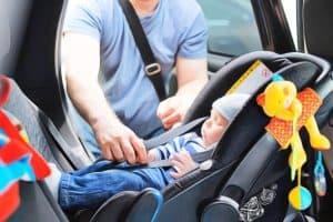 silla de coche para bebé con juguetes