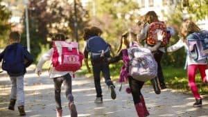 niños corriendo con mochilas