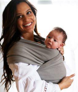 mujer con fular portabebé y bebé